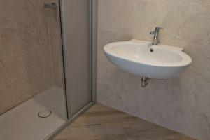 Monolocale con corte esclusiva in affitto, bagno con doccia
