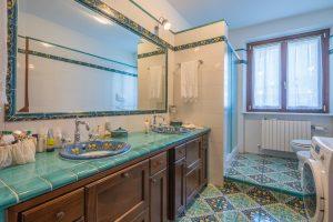 Stupenda villa bifamiliare in vendita vicino al mare, bagno