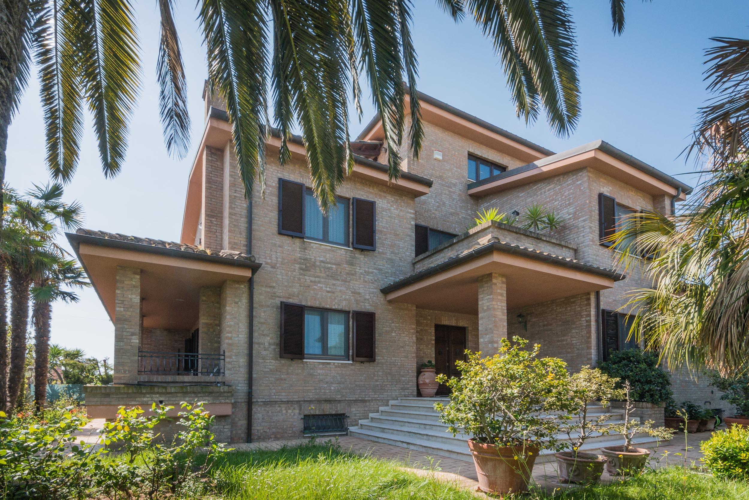 Stupenda villa bifamiliare in vendita vicino al mare