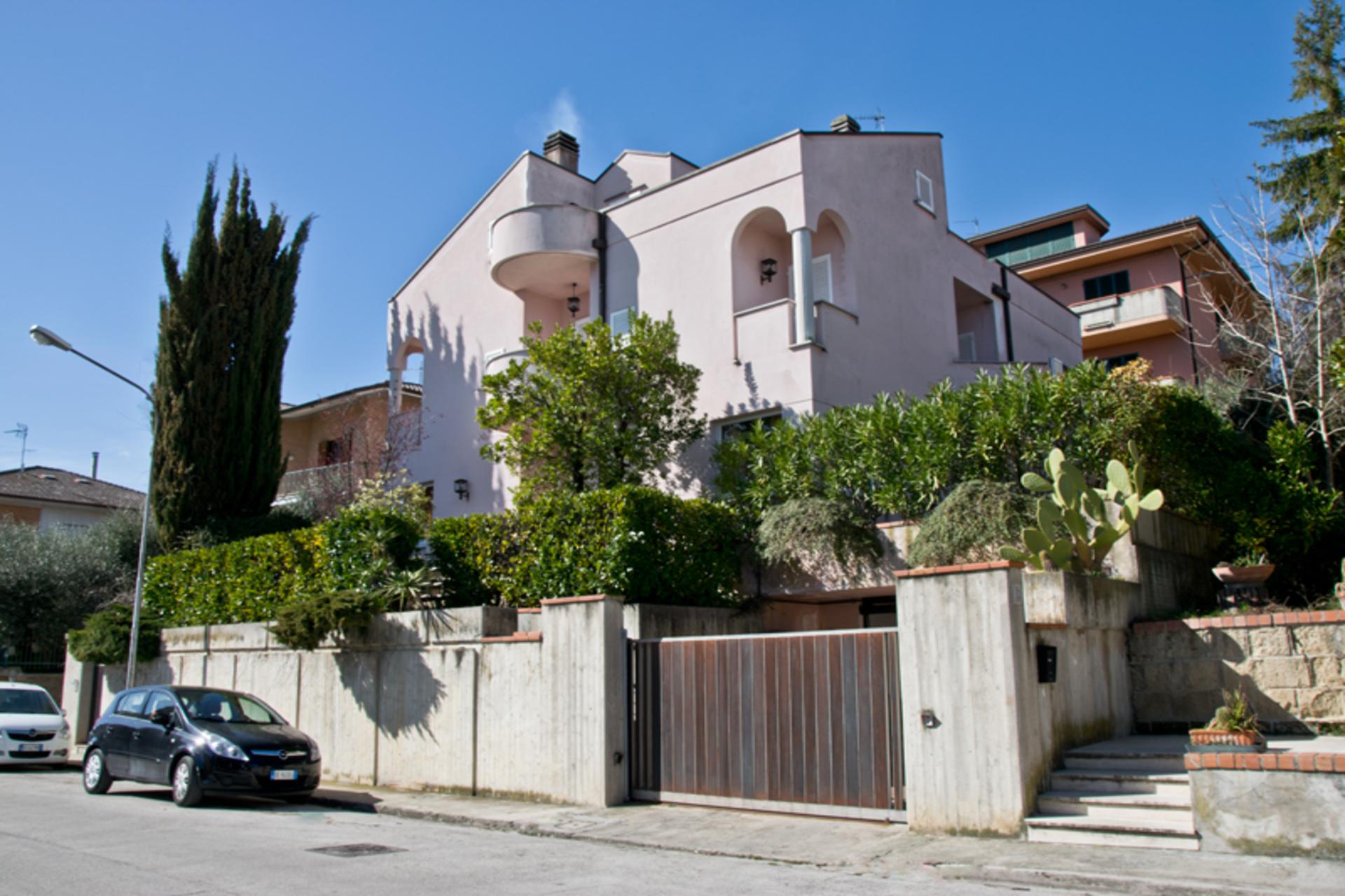 Prestigiosa villa in vendita a Fermo in zona esclusiva ...