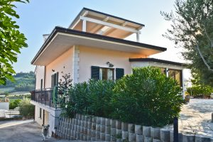 L'Agenzia Immobiliare Puzielli propone villa in vendita a Fermo in zona residenziale