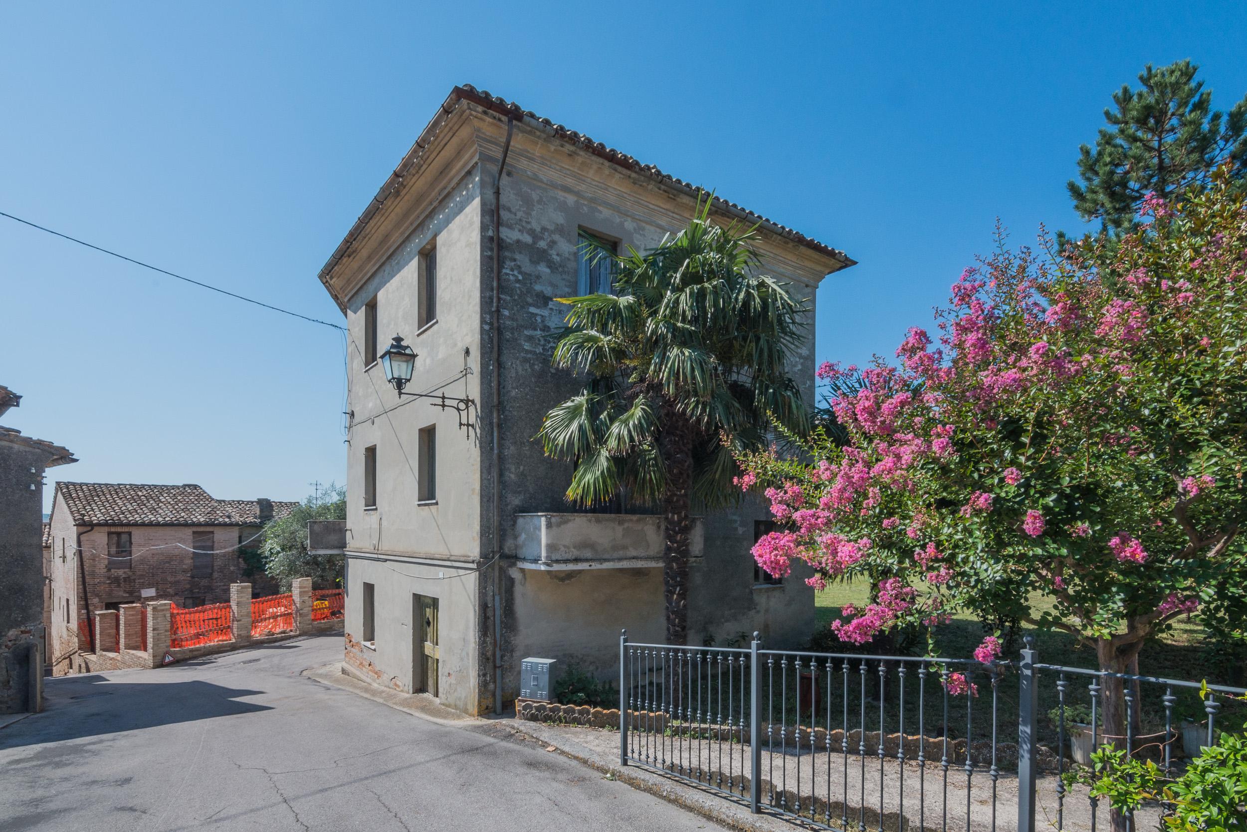 L'Agenzia Immobiliare Puzielli propone Palazzo con giardino in vendita nelle Marche