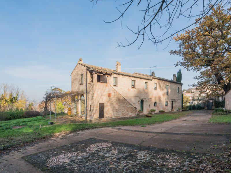 L'Agenzia Immobiliare Puzielli propone prestigioso casale in vendita nelle Marche