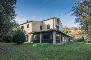 L'Agenzia Immobiliare Puzielli propone Agriturismo in vendita a Torre di Palme nelle Marche