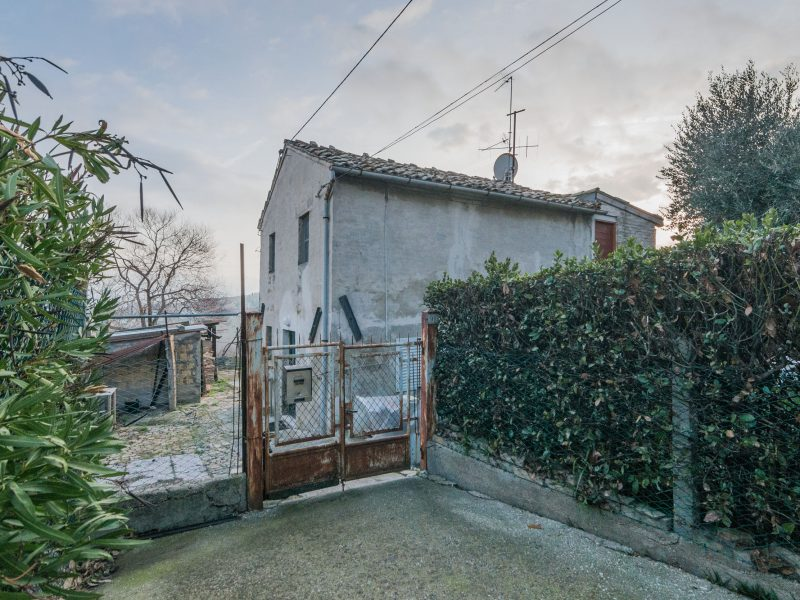 L'Agenzia Immobiliare Puzielli propone casa singola da ristrutturare in vendita a Fermo