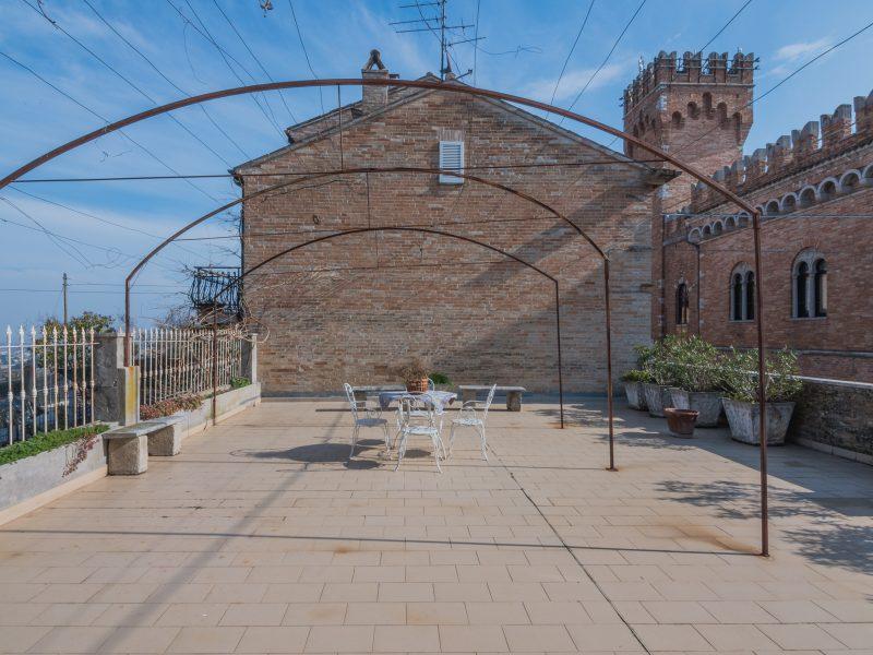 L'Agenzia Immobiliare Puzielli propone Palazzo con terrazzo panoramico in vendita nella Marche