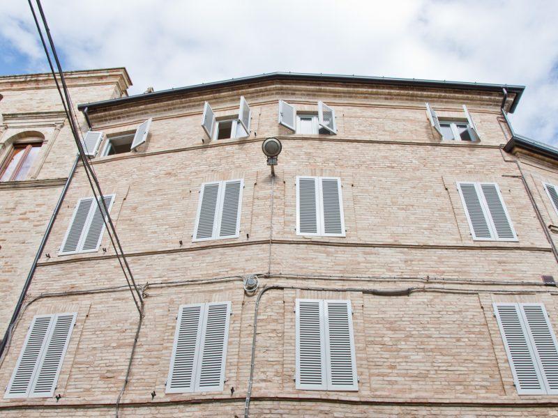 L'Agenzia Immobiliare Puzielli propone appartamento con terrazzo nel centro storico di Petritoli