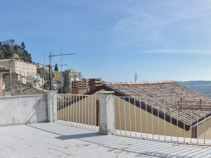 L'Agenzia Immobiliare Puzielli propone appartamento con terrazzo panoramico nel centro storico di Fermo