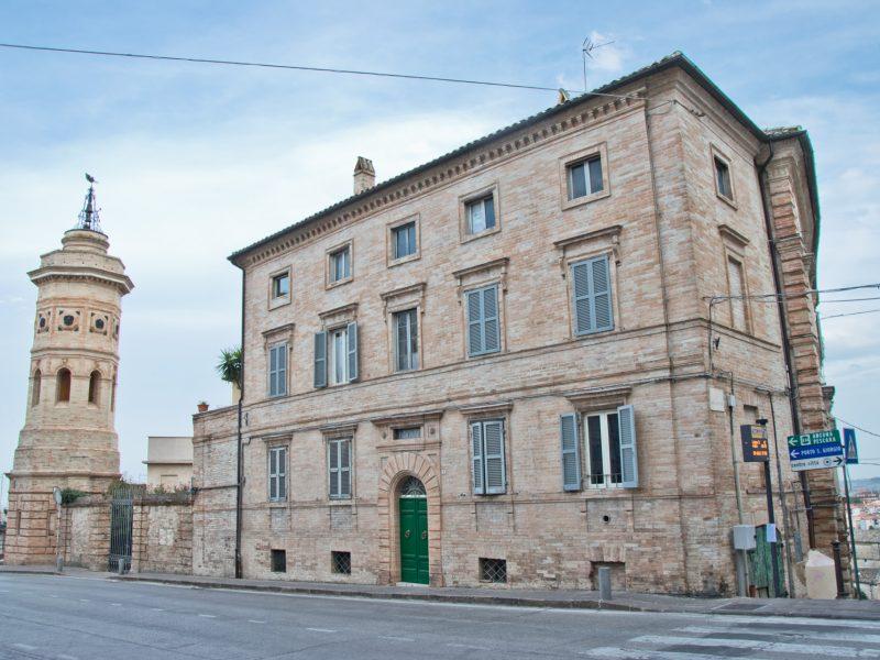 L'Agenzia Immobiliare Puzielli propone appartamento da ristrutturare nel centro storico di Fermo