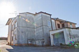 L'Agenzia Immobiliare Puzielli propone casa con giardino in vendita a Montone di Fermo
