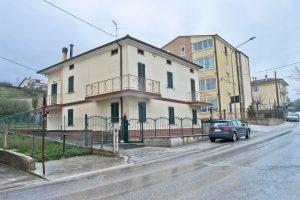 L'Agenzia Immobiliare Puzielli propone casa singola con giardino in vendita a Ete Caldarette