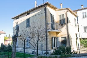 L'Agenzia Immobiliare Puzielli propone casa singola in vendita in zona Cappuccini