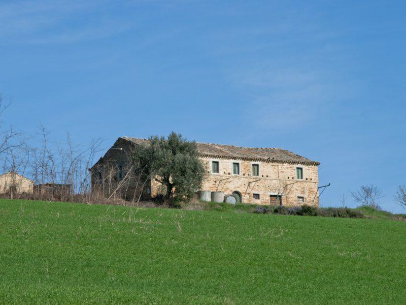 L'Agenzia Immobiliare Puzielli propone casale da ristrutturare in vendita a Fermo