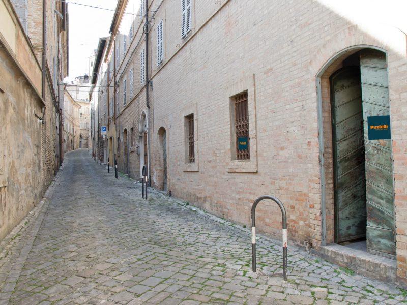L'Agenzia Immobiliare Puzielli propone magazzino da ristrutturare in vendita nel centro storico di Fermo