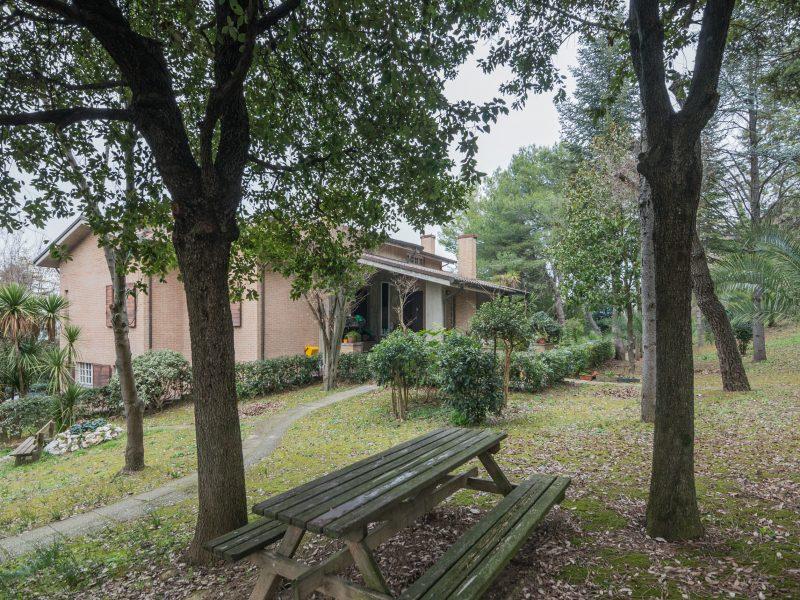 L'Agenzia Immobiliare Puzielli propone villa con parco in vendita nelle Marche