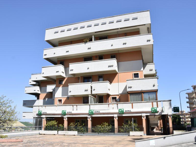 L'Agenzia Immobiliare Puzielli propone appartamento in vendita con terrazzo e garage
