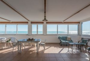 L'Agenzia Immobiliare Puzielli propone attico prima fila mare in vendita a Lido di Fermo