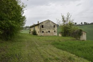 L'Agenzia Immobiliare Puzielli propone rudere con corte in vendita nelle Marche