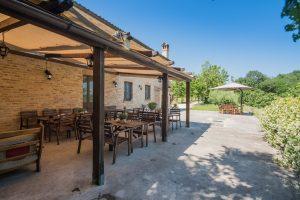 L'Agenzia Immobiliare Puzielli propone agriturismo in vendita a Petritoli nella Regione Marche