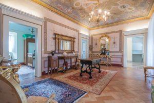 Prestigioso piano nobile con giardino in vendita nel centro storico