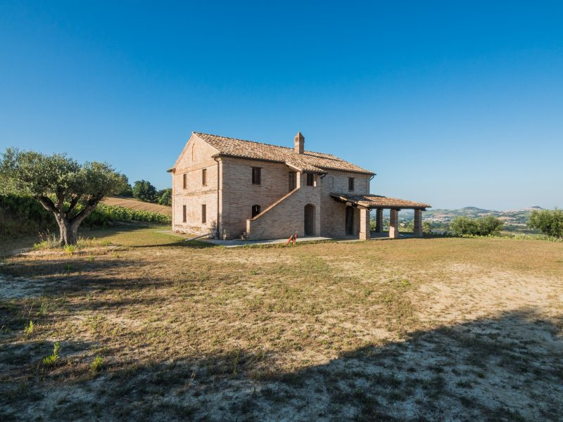 L'Agenzia Immobiliare Puzielli propone casale ristrutturato al grezzo in vendita a Magliano di Tenna