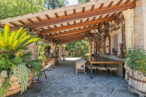 L'Agenzia Immobiliare Puzielli propone casale ristrutturato in vendita a Massignano composta da una struttura principale con portico, cantina e giardino.