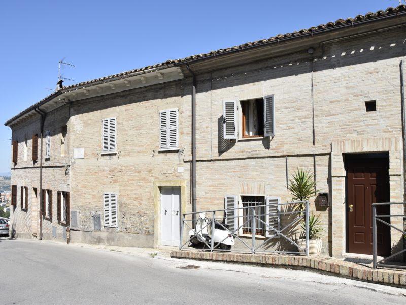 L'Agenzia Immobiliare Puzielli propone casa con giardino nel centro storico di Fermo