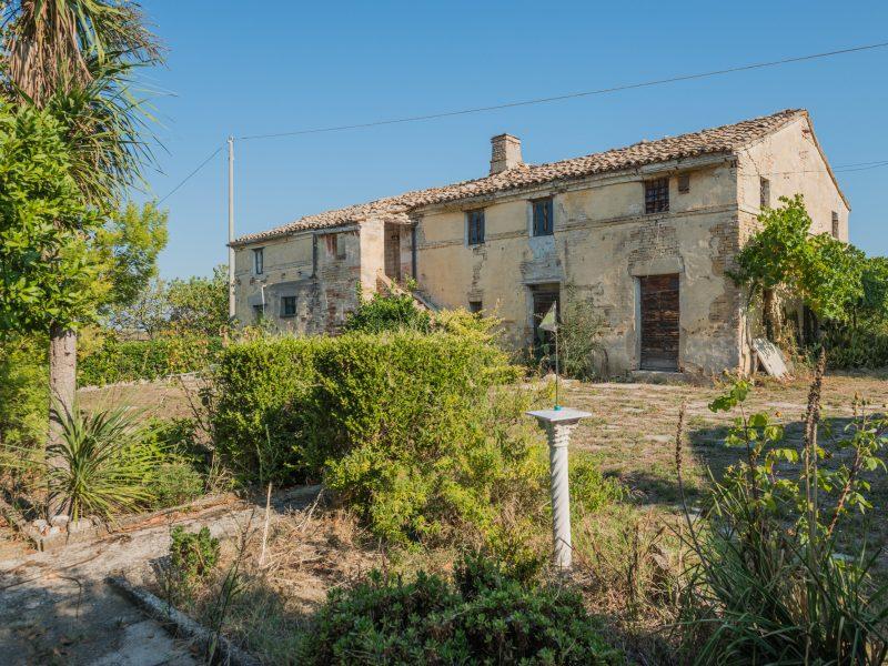 L'Agenzia Immobiliare Puzielli propone antico casale da ristrutturare con vista mare in vendita a Fermo