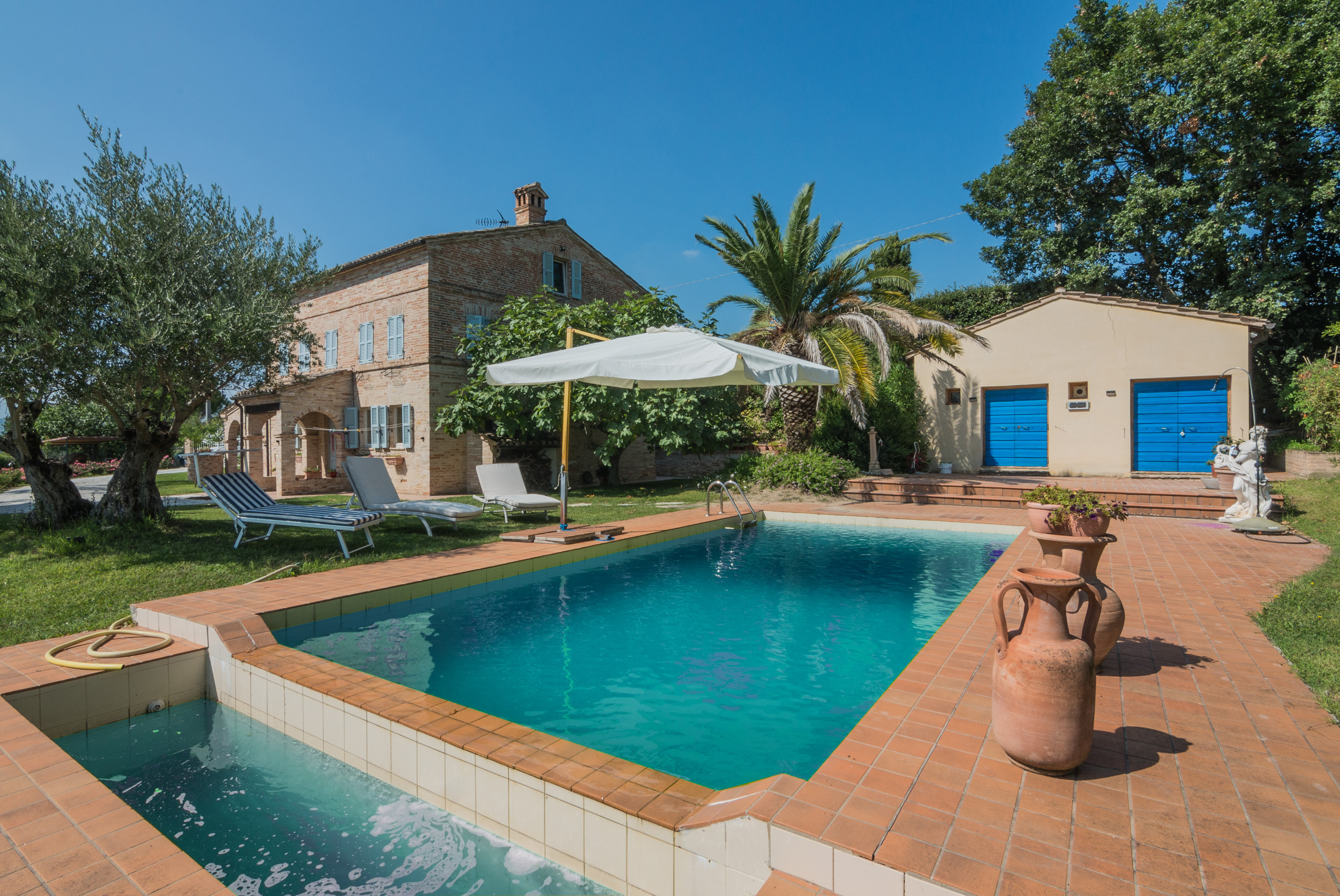 L'Agenzia Immobiliare Puzielli propone casale con piscina in vendita a Belmonte Piceno nelle Marche