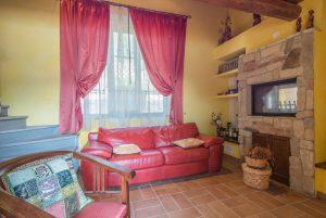 L'Agenzia Immobiliare Puzielli propone villa con piscina in vendita a Carassai nelle Marche