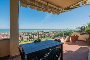L'Agenzia Immobiliare Puzielli propone appartamento con terrazzo vista mare in vendita a Porto San Giorgio
