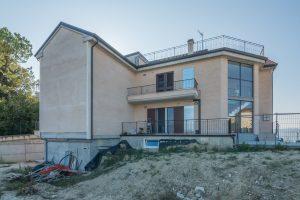 L'Agenzia Immobiliare Puzielli propone appartamento su due livelli con terrazzo panoramico