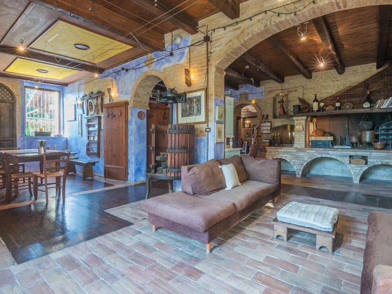 L'Agenzia Immobiliare Puzielli propone casale con piscina in vendita a Monte Giberto nelle Marche