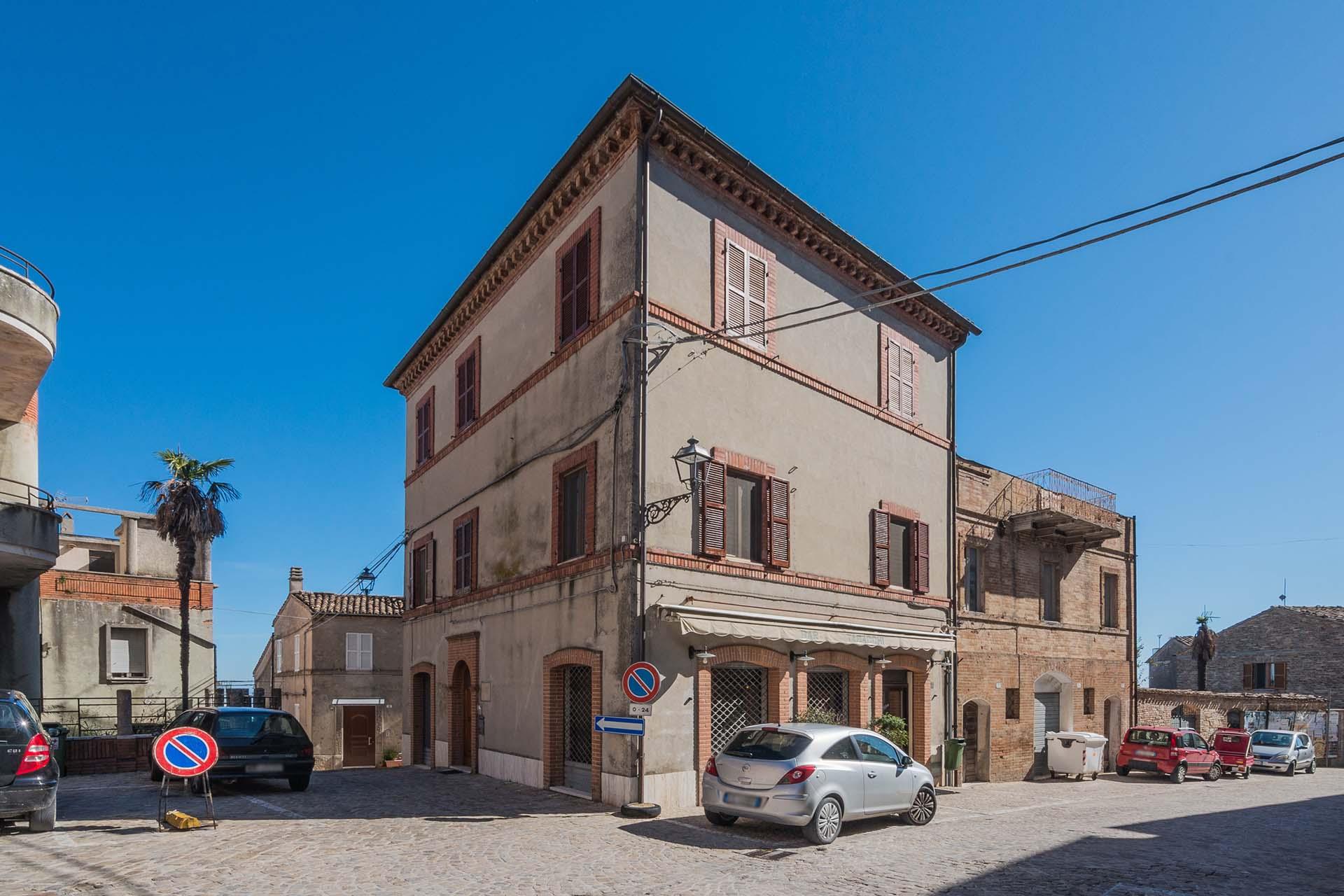 L'Agenzia Immobiliare Puzielli propone palazzo in vendita nel centro storico di Santa Vittoria in Matenano