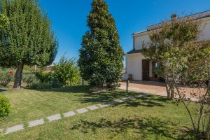 L'Agenzia Immobiliare Puzielli propone villa bifamiliare con giardino in vendita a Monte San Pietrangeli