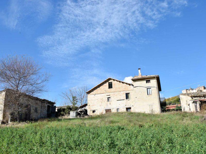 L'Agenzia Immobiliare Puzielli propone casale da ristrutturare in vendita a Montappone nelle Marche