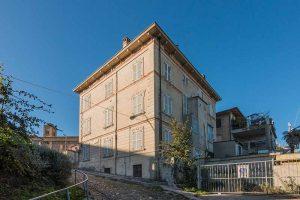 L'Agenzia Immobiliare Puzielliproponepalazzetto con garage e giardino in vendita a Fermo