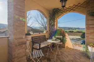L'Agenzia Immobiliare Puzielli propone antico casale ristrutturato con terreno agricolo nelle Marche