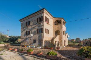 Antico casale ristrutturato con terreno agricolo nelle Marche