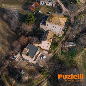 L'Agenzia Immobiliare Puzielli propone borgo da ristrutturare in vendita a Carassai nelle Marche