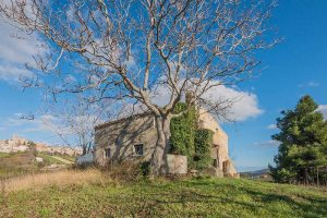 L'Agenzia Immobiliare Puzielli propone casale con vista panoramica in vendita a Carassai nelle Marche