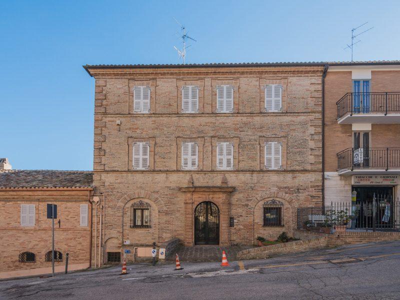 L'Agenzia Immobiliare Puzielli propone esclusivo palazzo con ascensore in vendita nelle Marche