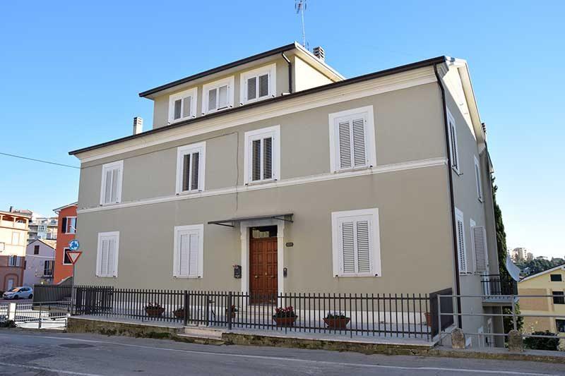 Agenzia immobiliare Puzielli propone trilocale con balcone in affitto a Fermo