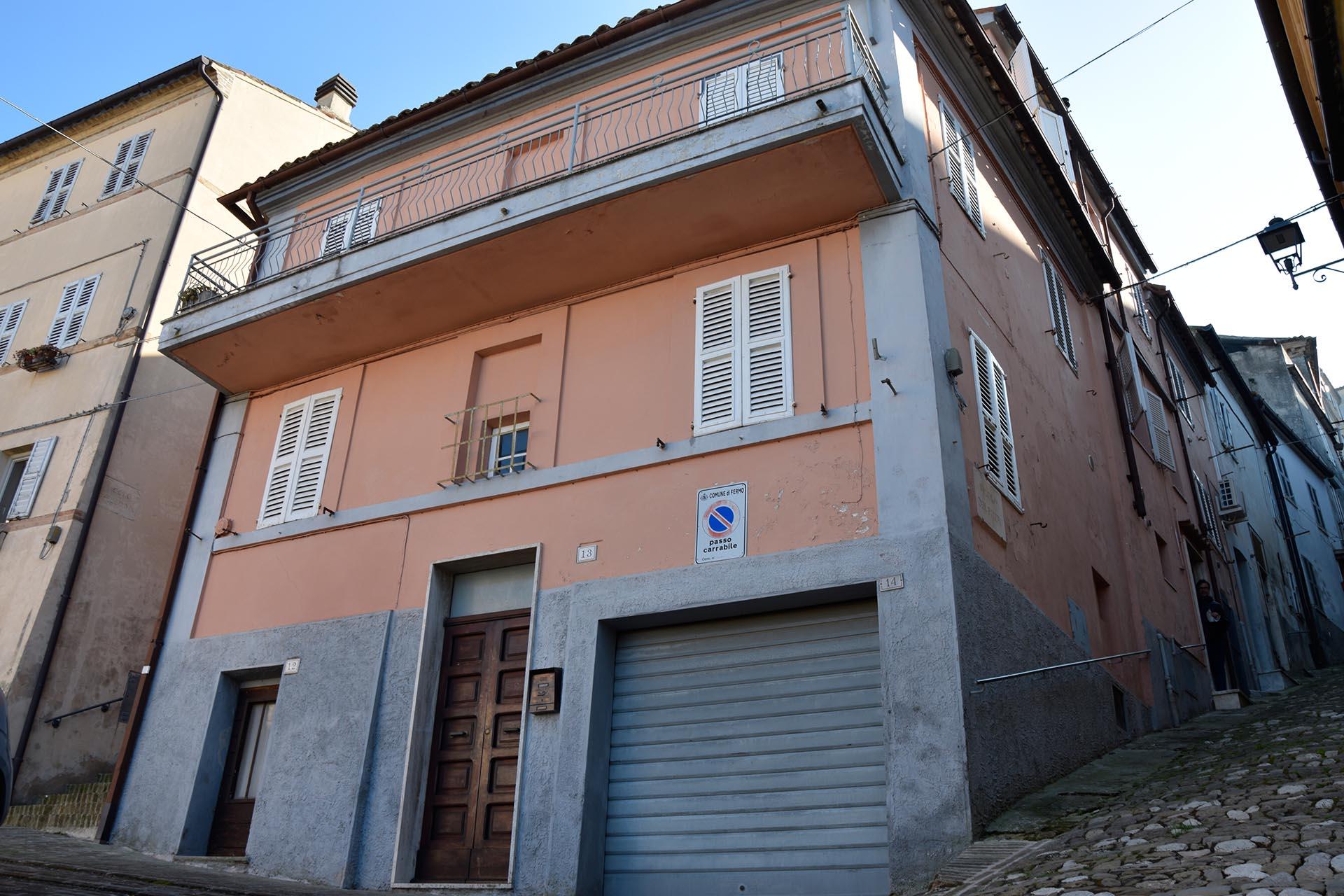 L'agenzia Immobiliare Puzielli propone appartamento con garage in vendita nel centro storico