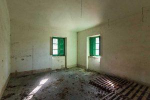 L'Agenzia Immobiliare Puzielli propone casale da ristrutturare vista mare con terreno a Fermo
