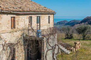 L'Agenzia Immobiliare Puzielli propone casale vista mare in vendita a Monterubbiano nelle Marche