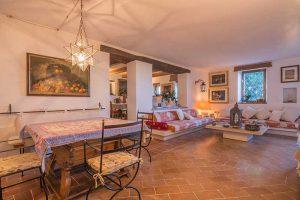 L'Agenzia Immobiliare Puzielli propone esclusivo casale con vista mare in vendita a Fermo nelle Marche