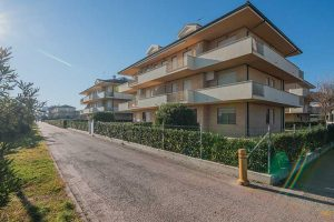 L'Agenzia Immobiliare Puzielli propone trilocale in prima fila mare in vendita a Casabianca di Fermo