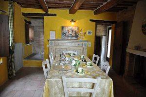 L'Agenzia Immobiliare Puzielli propone antico casale con piscina a Santa Vittoria in Matenano