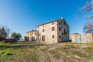 L'Agenzia Immobiliare Puzielli propone Antico casale da ristrutturare con stupenda vista panoramica